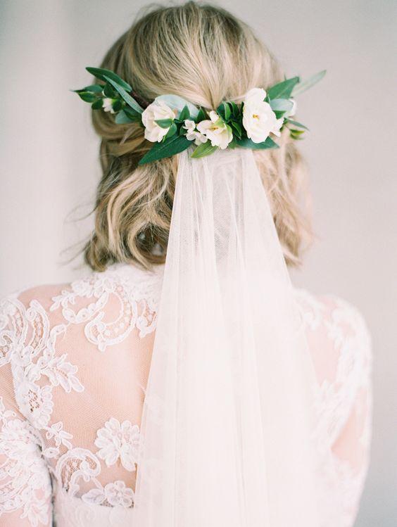 acconciatura sposa fiori velo