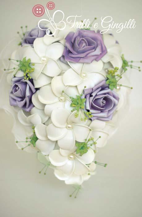 bouquet a goccia di frangipani e rose