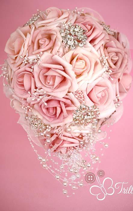 bouquet a goccia di rose rosa con gioielli