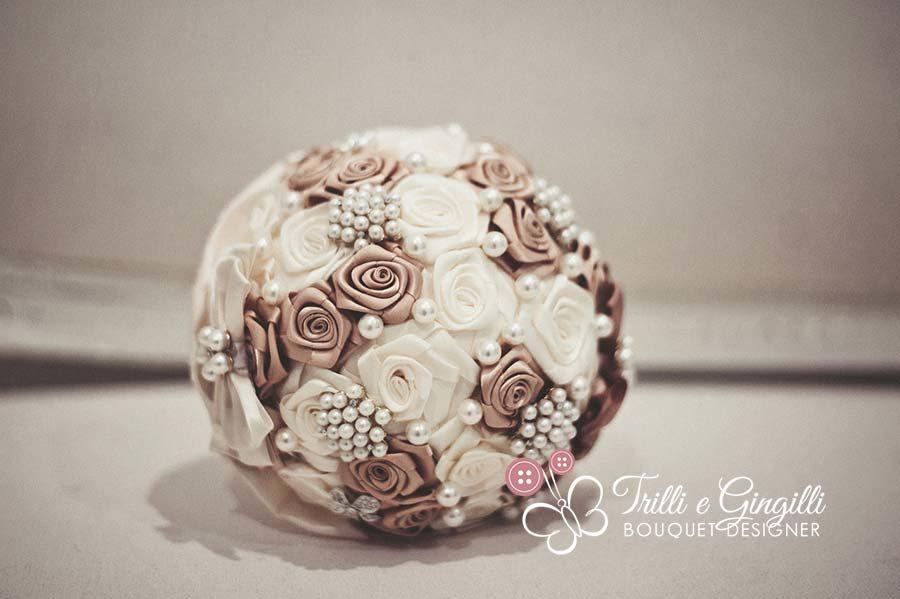 bouquet sposa rotondo con rose di raso e perle