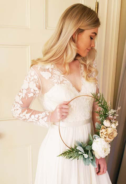 sposa con hoop bouquet