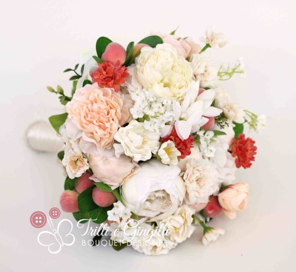 Bouquet di frutta con pesche color pesca