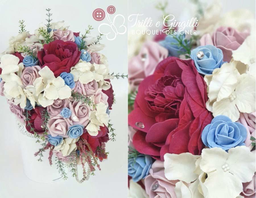 Bouquet a cascata rosso e azzurro di peonie, rose e ortensie