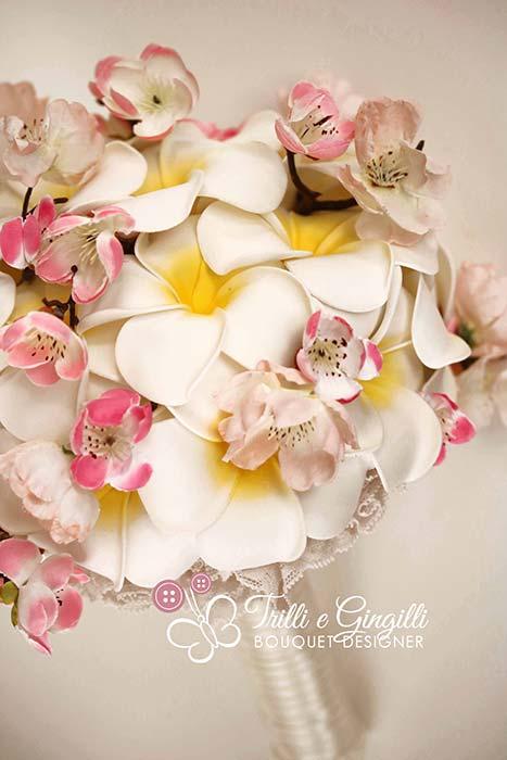 bouquet sposa di frangipani e fiori di ciliegio
