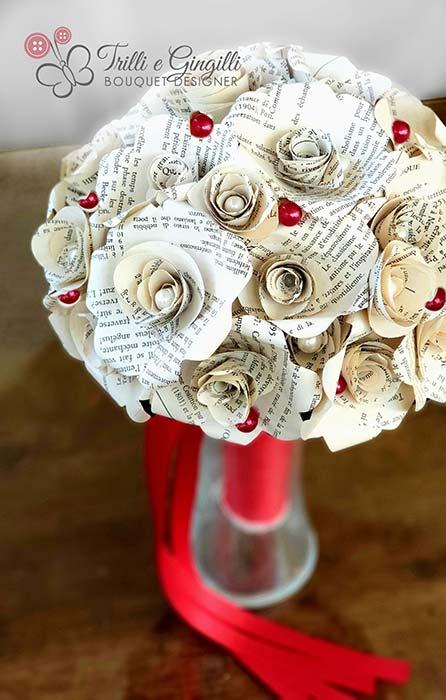 bouquet laurea ragazza di carta con pagine di libro e perle rosse