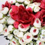 Bouquet ranuncoli bianchi e amarillis rossi