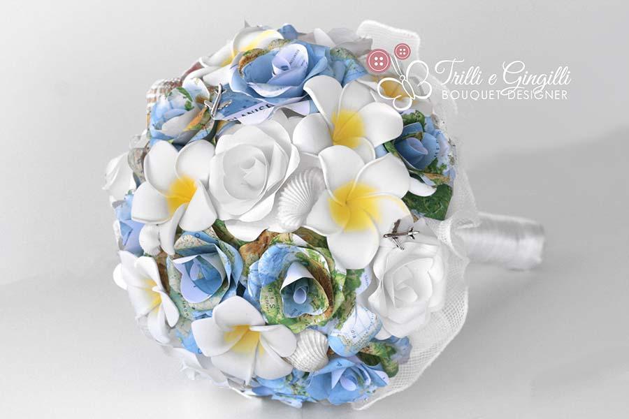 bouquet matrimonio tema viaggio con rose di cartine geografiche