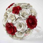 Bouquet di carta con pagine di libro e rose rosse