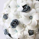 Bouquet di frangipani e roselline grigie