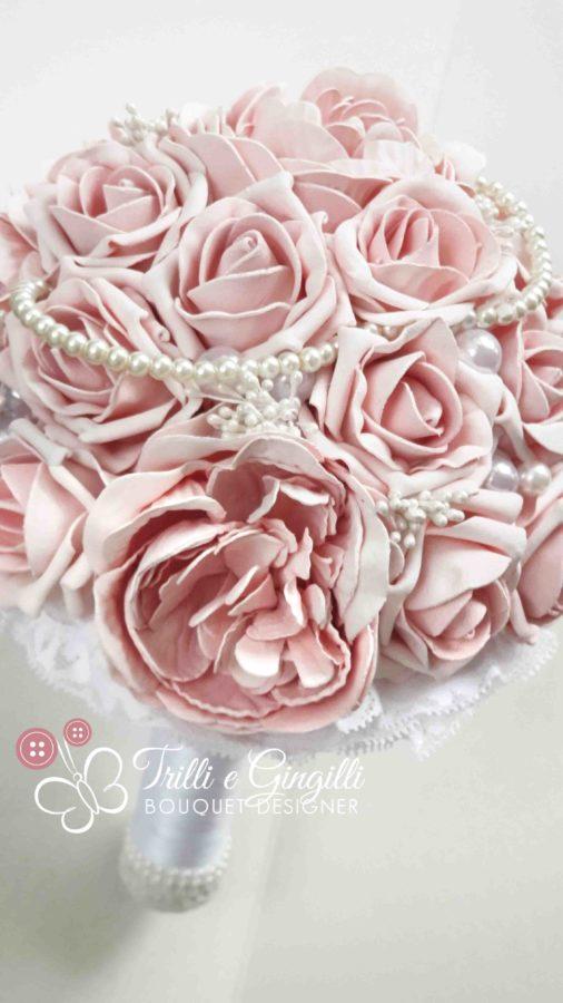 Bouquet di peonie e rose rosa con perle