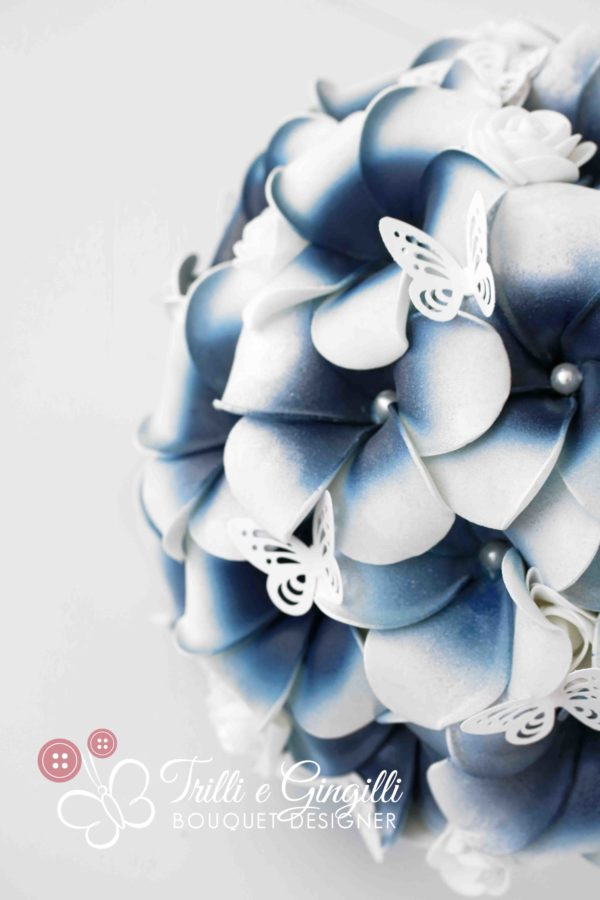 Bouquet di frangipani blu con farfalle