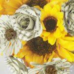 Bouquet di girasoli e fiori di carta con pagine di libro