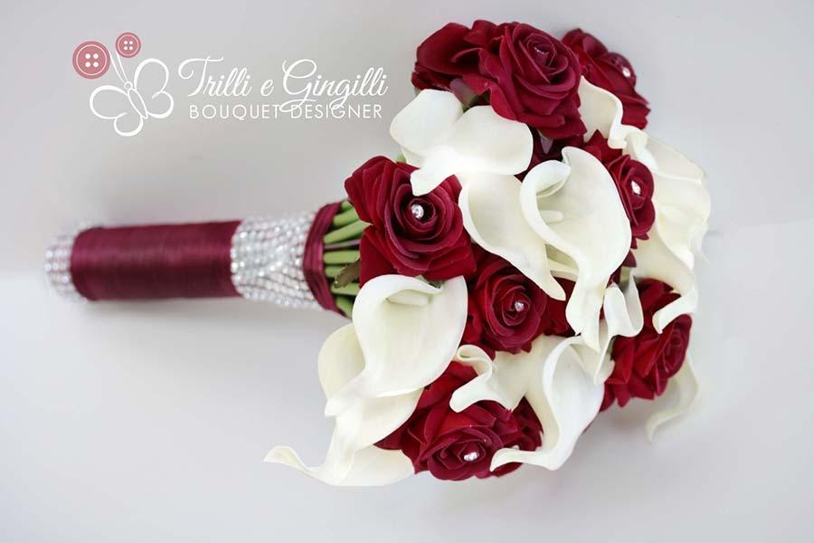 bouquet sposa semplice di calle bianche e rose rosse
