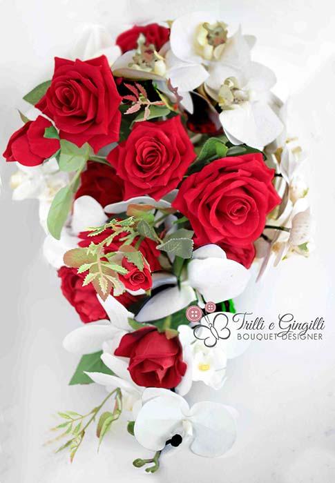 Bouquet a cascata con rose rosse e orchidee bianche
