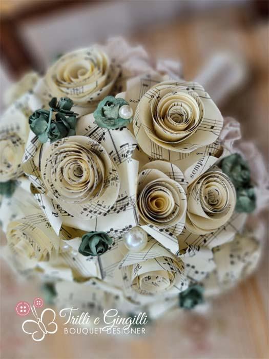 Bouquet di carta con rose ricavate da spartiti musicali