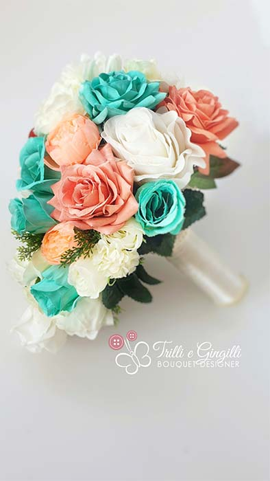 Bouquet cascata con rose menta e salmone