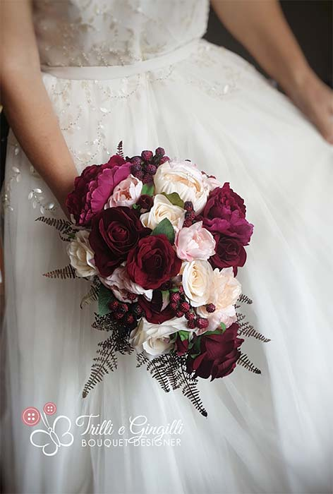 Bouquet a cascata con rose e peonie bordeaux