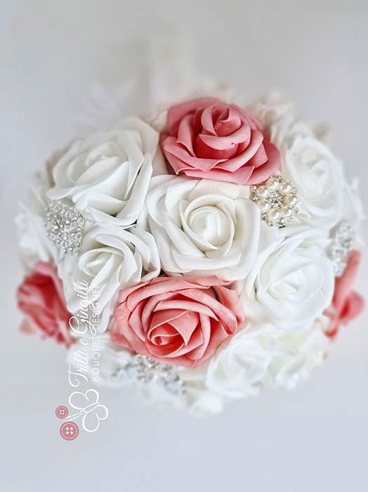 Bouquet gioiello di rose bianche e corallo
