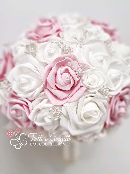 Bouquet di rose bianche e rosa con perline