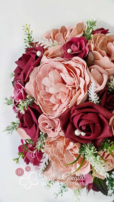 bouquet di peonie rosa e rose rosse