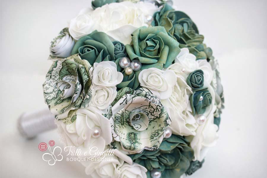 bouquet di peonie bianche e rose verdi