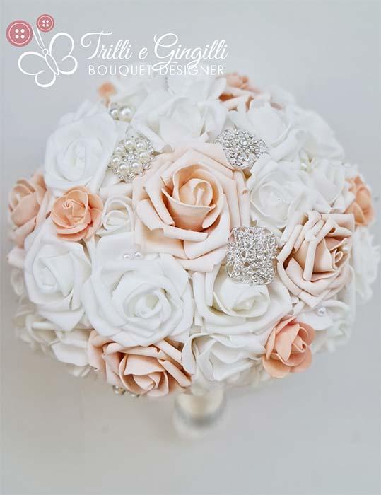 bouquet bianco e pesca con rose e inserti gioiello
